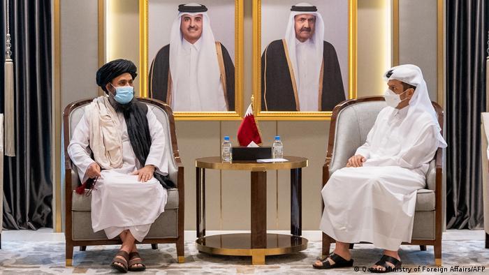 Ο μουλάς Μπαραντάρ με τον υπουργό Εξωτερικών του Κατάρ