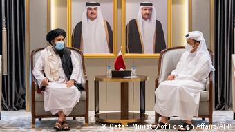 Глава МИД Катара Мухаммед бен Абдель Рахман Аль Тани и лидер политического крыла Талибана Абдула Гани Барадар на переговорах в Дохе, 17 августа 2021 года