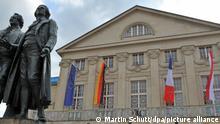 Mit den Flaggen der EU (l-r), Deutschlands, Frankreichs und Polens ist das Deutsche Nationaltheater am Montag (29.08.2011) auf dem Theaterplatz mit dem Goethe-Schiller-Denkmal in Weimar geschmückt. Das 20-jährige Bestehen des Weimarer Dreiecks als Forum der deutsch-polnisch-französischen Zusammenarbeit wird mit einem Festakt im Deutschen Nationaltheater begangen. Foto: Martin Schutt dpa/lth ++