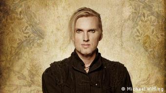 Вокалист популярной мюнхенской группы Faun, играющей в жанре мидивал-фолк-рок, Оливер Са Тир
