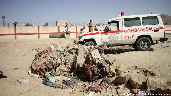 Ambulância nos arredores do aeroporto de Cabul após ataques