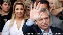 Alberto Fernandez (r), Präsidentschaftskandidat der Peronisten, steht vor Fabiola Yanez und winkt nach seiner Stimmabgabe. Die Bürger Argentiniens entscheiden am Sonntag, den 27.10.2019, über den Staats- und Regierungschef ihres krisengeschüttelten Landes. In den jüngsten Umfragen lag der konservative Präsident Macri deutlich hinter Fernández. +++ dpa-Bildfunk +++