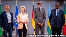 Ugur Sahin (l-r), Vorstandsvorsitzender von Biontech, Ursula von der Leyen, Präsidentin der Europäischen Kommission, Paul Kagame, Präsident von Ruanda und Macky Sall, Präsident vom Senegal, stehen nach einer Veranstaltung in der Barenboim-Said-Akademie für Fotos zusammen. Der Impfstoffhersteller Biontech will Malaria- und Tuberkulose-Impfstoffe in Afrika herstellen. Man prüfe dazu den Aufbau nachhaltiger Produktionsmöglichkeiten in Ruanda und Senegal, teilte das Mainzer Unternehmen in Berlin mit.