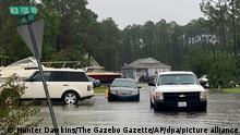 Autos fahren durch das Hochwasser in einem Wohngebiet während der Vorbereitungen auf den Tropensturm Ida. +++ dpa-Bildfunk +++