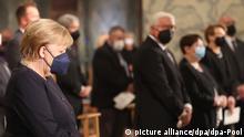 28.8.2021, Aachen****Bundeskanzlerin Angela Merkel (CDU)verfolgt im Dom einen ökumenischen Gottesdienst für die Opfer der Hochwasserkatastrophe im Westen Deutschlands. Im Hintergrund (M) steht Bundespräsident Frank-Walter Steinmeier.