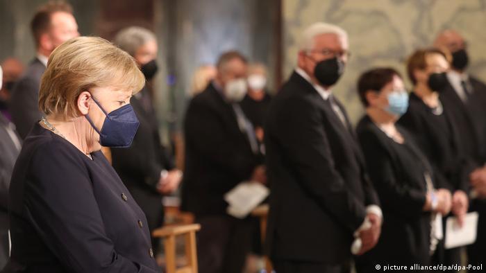 Канцлер Германии Ангела Меркель, президент ФРГ Франк-Вальтер Штайнмайер и другие гости богослужения в Ахенском соборе в память о жертвах наводнения