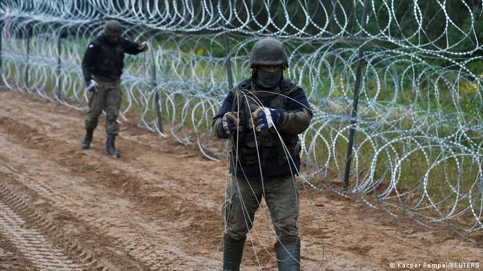 Grenze Polen-Belarus | Polnische Soldaten bauen einen Zaun
