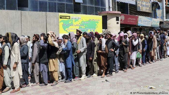 Очередь перед банком в Кабуле