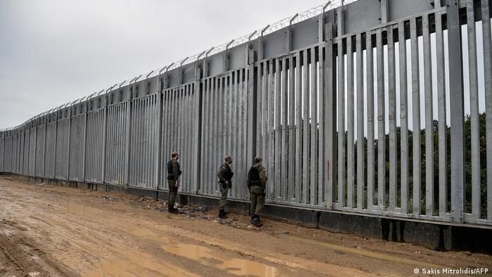 Grenze Griechenland-Türkei   Griechische Polizei patrouilliert am Zaun