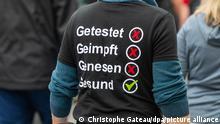 28.8.2021, Berlin****Getestet, Geimpft, Genesen, Gesund steht auf dem Shirt eines Demonstranten der aus Protest gegen die Corona-Politik mit Gleichgesinnten durch Berlin zieht. Neun Demonstrationen waren von der Polizei verboten worden, darunter Kundgebungen der «Initiative Querdenken» auf der Straße des 17. Juni. Eine für Samstag und Sonntag angemeldete Versammlung mit je 500 erwarteten Teilnehmern darf nun doch stattfinden. +++ dpa-Bildfunk +++