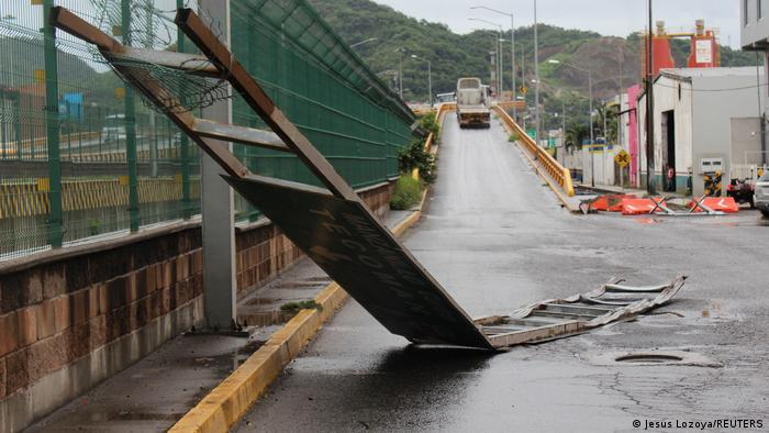 Los escombros yacen en una calle mientras el huracán Nora se acerca a Manzanillo, en el estado de Colima.