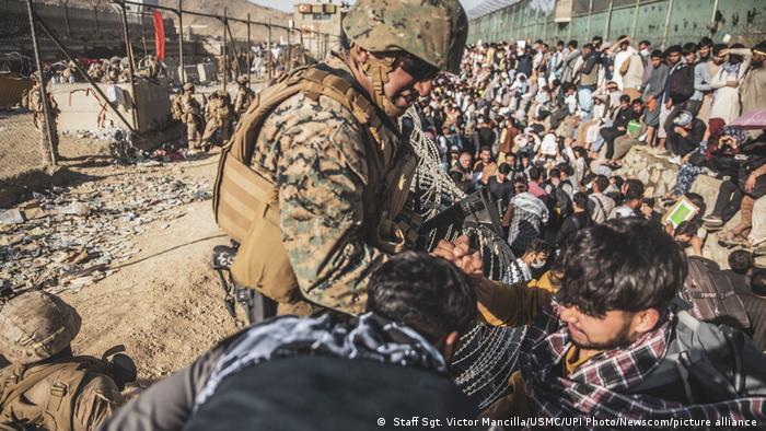 Militari în misiune la aeroportul din Kabul