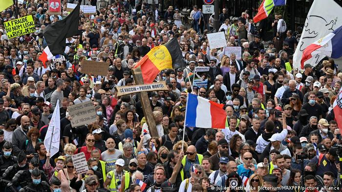 Протесты против паспортов здоровья в Париже