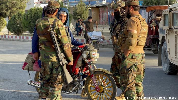 Taliban an einem Checkpoint in der Nähe des Flughafens von Kabul (28.08.2021)