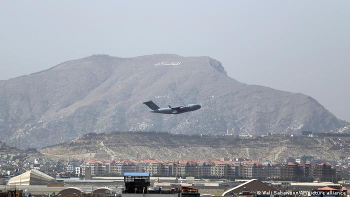 Afghanistan  ein US-Militärflugzeug startet am Flughafen in Kabul