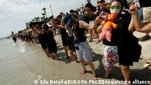 28.08.2021 Demonstranten und Demonstrantinnen bilden eine mehr als 73 Kilometer lange Menschenkette am Ufer des Mar Menor während einer Aktion der Plattform ILP Mar Menor. Im Mar Menor wurde ein Massensterben von Fischen und Krebsen auf Sauerstoffmangel zurückgeführt, der von den hohen Temperaturen und auch von Verschmutzung verursacht werde. Große Mengen an Nitraten und Süßwasser sollen über die Wadis (Trockentäler) in die Salzwasser-Lagune gelangen. +++ dpa-Bildfunk +++