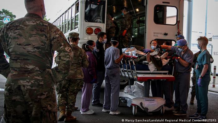 Раненые в результате терактов а аэропорту Кабула 26 августа