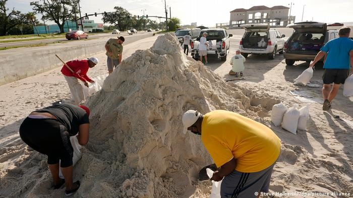 Anwohner befüllen Sandsäcke