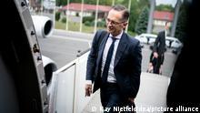 Heiko Maas (SPD), Außenminister, steigt in den Airbus A340 der Luftwaffe für den Flug nach Warschau. Maas will dort an Gedenkveranstaltungen zum 75. Jahrestag des Warschauer Aufstands teilnehmen. +++ dpa-Bildfunk +++