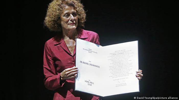 Rachel Salamander hält ein Dokument, auf dem Heine-Preis 2020 steht