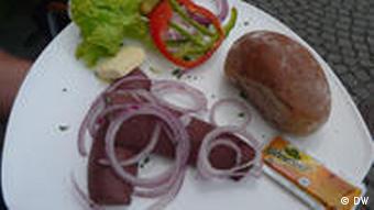 Teller mit Essen im Biergarten (Foto: DW/Nicklis)