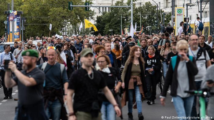 Учасники акції протесту проти карантинних обмежень в Берліні