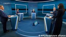 29.08.2021, Berlin: Die Kanzlerkandidaten Armin Laschet (l-r, CDU), Annalena Baerbock (Bündnis 90/Die Grünen) und Olaf Scholz (SPD) stehen bei der Sendung im Fernseh-Studio in Berlin-Adlershof mit den Moderatoren Pinar Atalay und Peter Kloeppel. Die Kanzlerkandidaten von Bündnis 90/Grüne, CDU und SPD, - Baerbock, Laschet, Scholz treffen in einer ersten TV Diskussion bei RTL und ntv aufeinander. Foto: --/RTL/dpa - ACHTUNG: Nur zur redaktionellen Verwendung im Zusammenhang mit der aktuellen Berichterstattung und nur mit vollständiger Nennung des vorstehenden Credits Screenshots sind ausschließlich für redaktionelle Zwecke in direktem Bezug zu der RTL-Sendung ·Das Triell: Baerbock, Laschet, Scholz - Im direkten Schlagabtausch!· und der Quellenangabe ·Foto: RTL· zu nutzen. Es dürfen ausschließlich unbeschnittene Bilder, immer im dem RTL-Logo-Insert oben links im Bild, verbreitet werden. Bilder und Texte dürfen nicht sinnentstellend oder verfälscht verwendet werden. Jede Verfälschung sowie Verwendung, die zur Herabwürdigung abgebildeter Personen führen kann, ist unzulässig und macht den Journalisten schadensersatzpflichtig +++ dpa-Bildfunk +++