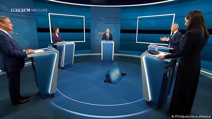 Laschet, Baerbock und Scholz im Fernsehstudio mit den beiden Moderatoren Pinar Atalay und Peter Kloeppel