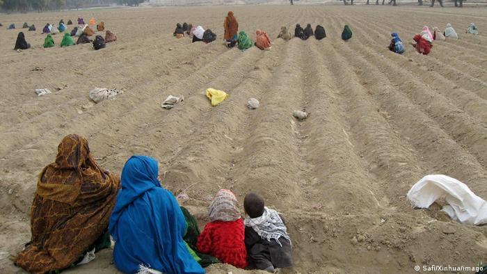 Mujeres con velo trabajando en un campo.