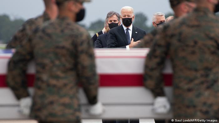 US Präsident Biden bei der Ankunft der der 13 in Kabul gefallenen US-Soldaten