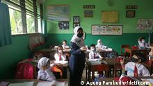 A total of 610 schools in Jakarta have started face-to-face schools, one of which is SDN 09 Pondok Kelapa. Classes held at 50% of the usual size, and the schools will open on Monday, Wednesday and Friday, while the remaining days will be used to spray classrooms with disinfectant.
