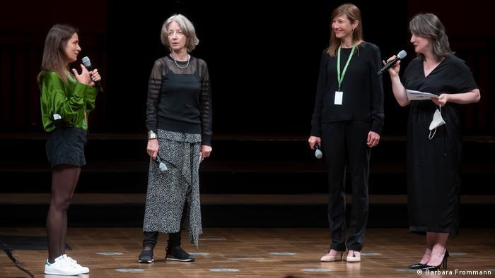 Zeynep Gedizlioğlu'nun (solda) Deutsche Welle'nin siparişiyle Beethoven Festivali için bestelediği Entlang der Lieder (Şarkılar boyunca) adlı eserin prömiyeri 28 Ağustos 2021 tarihinde yapıldı.