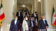 Zu Gast in Teheran: eine Taliban-Delegation unter der Leitung von Abdul Ghani Baradar (Mitte links) bei Irans damaligem Außenminister Dschawad SarifA picture obtained by AFP from the Iranian news agency Tasnim on January 31, 2021, shows Iran' Foreign Minister Mohammad Javad Zarif (R) meeting with Mullah Abdul Ghani Baradar (C) of the Taliban in Tehran. - Iran's Foreign Minister Mohammad Javad Zarif called for the formation of an all-inclusive Afghan government during a meeting with a Taliban delegation in Tehran. A delegation from the movement headed by its co-founder Mullah Abdul Ghani Baradar arrived in Iran on January 26 to exchange views on the peace process in Afghanistan at the invitation of the ministry. (Photo by - / TASNIM NEWS / AFP) (Photo by -/TASNIM NEWS/AFP via Getty Images)