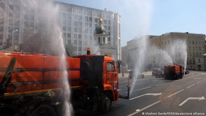 Поливальные машины в Москве во время аномальной жары