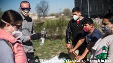 Mitarbeiter der Organisation Mensch in Not verteilen während der Covid-Krise Hygienehilfen in einem Roma-Ort in Olomouc. Fotoautor: OrganisationMensch in Not Datum: 9.4.2020