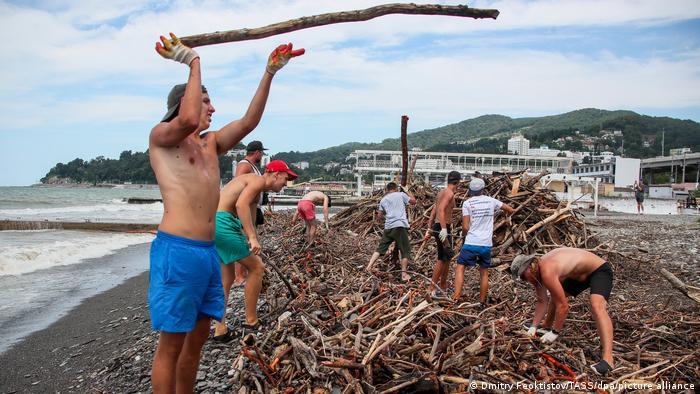 Разбор мусора на пляже в Сочи после наводнения и селей 5 июля 2021 года