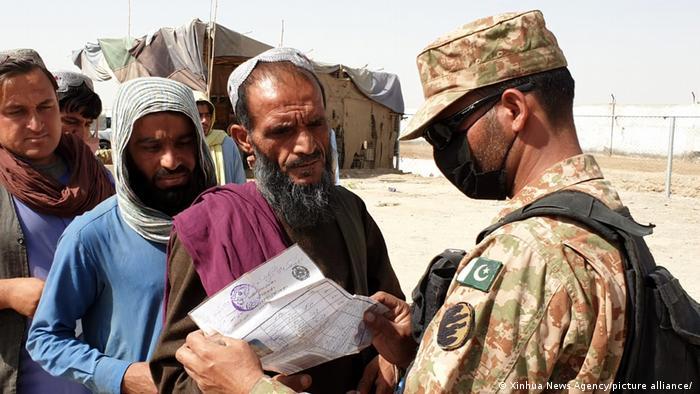 Contrôle des papiers à la frontière avec le Pakistan