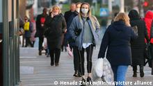 (201127) -- MINSK, Nov. 27, 2020 (Xinhua) -- People wearing face masks walk on the street in Minsk, Belarus, Nov. 27, 2020. Belarus reported 1,621 new COVID-19 cases on Friday, taking its total to 131,633, according to the country's health ministry. (Photo by Henadz Zhinkov/Xinhua)