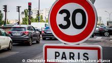 ©Christophe Petit Tesson/MAXPPP - 30/08/2021 ; PARIS ; FRANCE - Un panneau d'interdiction de rouler a plus de 30 Km heure a Paris. A partir du 30 Aout 2021 la circulation des vehicules est limitee a 30 dans la plupart des rues parisiennes a l'exception du peripherique et de quelques grands axes. A sign prohibiting driving at more than 30 km per hour in Paris. From August 30, 2021, vehicle traffic is limited to 30 in most Parisian streets with the exception of the ring road and some major axes.