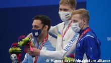 30.8.2021, Tokio, Paralympics, Para-Schwimmen, Männer, 100 m Rücken, Tokyo Aquatics Centre: Pipo Carlomagno (Argentinien, 2. Platz, l-r), Andrii Trusow (Ukraine, 1. Platz) und Mark Malyar (Israel, 3. Platz) bei der Siegerehrung.