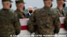 29.8.2021, Dover Air Force Base, USA, President Joe Biden watches as a carry team moves a transfer case containing the remains of Marine Corps Cpl. Humberto A. Sanchez, 22, of Logansport, Ind., during a casualty return Sunday, Aug. 29, 2021, at Dover Air Force Base, Del. According to the Department of Defense, Sanchez died in an attack at Afghanistan's Kabul airport, along with 12 other U.S. service members. (AP Photo/Carolyn Kaster)