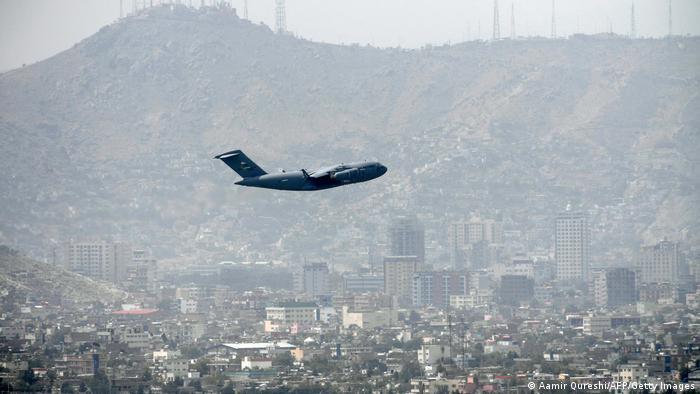 Afghanistan   US Militärflugzeug startet am Flughafen Kabul