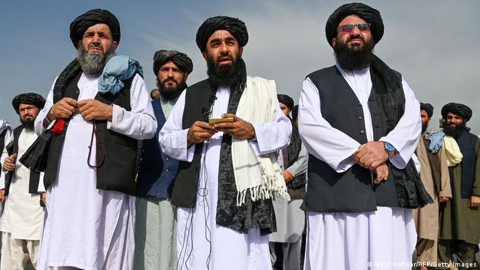 Zabihullah Mujahid (no centro), porta-voz dos talibãs