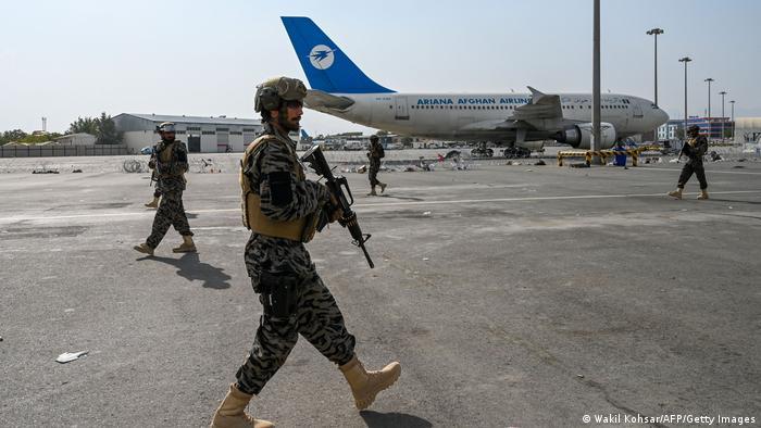 Talibãs fazem a segurança do aeroporto de Cabul após a retirada total norte-americana