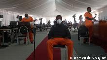 Ndambi Guebuza Ort: Maputo, Mosambik Datum: 31.08.2021 Ndambi Guebuza ist Sohn des ehemaligen Präsidenten Mosambiks, Armando Guebuza. In dessen Amtszeit hat Mosambik mehrere Milliarden US-Dollar illegale Schulden (dívidas ocultas) aufgenommen, die zum großen Teil für Korruptionszahlungen verwendet wurden. Ndambi Guebuza ist einer der Angeklagten in einem Verfahren, das im August in Maputo gegen mutmaßliche Beteiligte an dem Korruptionsskandal stattfand. Das Foto zeigt Ndambi Guebuza bei der Befragung im Verhandlungssaal (Bildmitte).