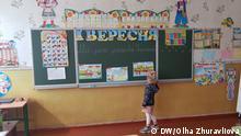 Abgebildet ist ein Mädchen in einer der Schulen im Gebiet Kyiv im Raum, vorbereitet zum Schulstart am 1.September.