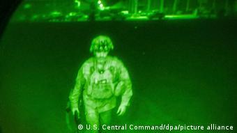 Ο τελευταίος Αμερικανός στρατιώτης επιβιβάζεται, η επιχείρηση ΗΠΑ και συμμάχων τους τελειώνει οριστικά