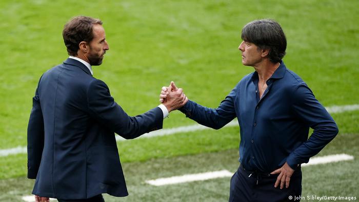 Gareth Southgate und Jockey Lowe geben sich nach der Niederlage Deutschlands bei der EM 2020 in Großbritannien die Hand