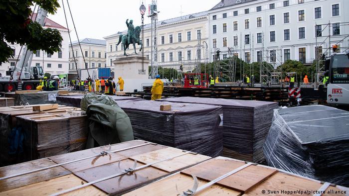 Aufbau einer Messebühne am Wittelsbacher Platz in München