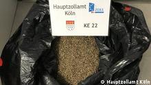 HZA-K: Kölner Zoll findet mehr als 2,3 Millionen Cannabissamen mit einem möglichen Ertrag von rund 230 Tonnen Marihuana mit einem geschätztem Straßenverkaufswert von mehr als 2,3 Milliarden Euro Mehr als 2,3 Millionen Cannabissamen fand der Kölner Zoll bei Frachtkontrollen in der Nacht des 30. Mai 2021 am Flughafen Köln/Bonn. Die Sendung aus vier Paketen mit einem Gesamtgewicht von fast 50 Kilogramm, wurde im Zuge der Bekämpfung des internationalen Rauschgiftschmuggels auf ihrem Weg aus den USA nach Litauen über den Köln/Bonner Flughafen kontrolliert. Die Cannabissamen waren ohne Tarnung in großen Plastiksäcken und Transportboxen verpackt. Noch nie hat der deutsche Zoll Cannabissamen in dieser Größenordnung gefunden. Eine Fläche von knapp 336 Fußballfeldern hätte man mit dieser Menge Samen bepflanzen können. Bei einem zurückhaltend gerechneten möglichen Durchschnittsertrag von 100 Gramm pro Cannabispflanze, hätte die Gesamtmenge Marihuana bei rund 230 Tonnen mit einem geschätzten Straßenverkaufswert von mehr als 2,3 Milliarden Euro gelegen, so Jens Ahland, Pressesprecher des Hauptzollamts Köln. Im März gingen dem Kölner Zoll bereits bei Kontrollen des Postverkehrs aus den Niederlanden mehr als 5.800 Briefsendungen mit knapp 70.000 Cannabissamen ins Netz und Anfang Mai gelang bereits ein Großaufgriff von 147.000 Cannabissamen in Frachtsendungen am Flughafen Köln/Bonn. Aus ermittlungstaktischen Gründen konnte der Aufgriff erst jetzt veröffentlicht werden. Hauptzollamt Köln Pressesprecher Jens Ahland Quelle: https://www.presseportal.de/blaulicht/pm/121251/5007873